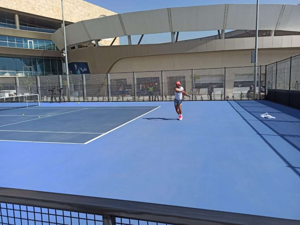 Rafael Nadal jouant au tennis lors de l'inauguration du complexe sportif.