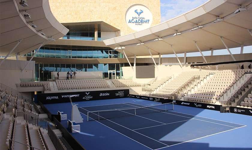 Stade extérieur de la Rafael Nadal Academy au Koweït par écoplas, spécialiste du revêtement pour sols sportifs